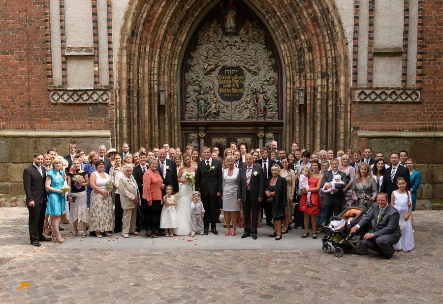 Gruppenbild der Hochzeitsgesellschaft vor der Kirche