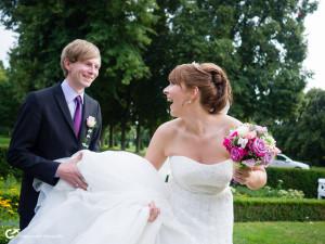 Fangen spielen mit dem Liebsten bei der Hochzeit