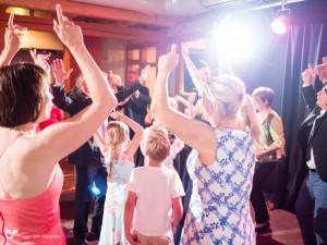 Wenn der Hochzeits-DJ für gute Stimmung sorgt, tanzen alle Altersklassen