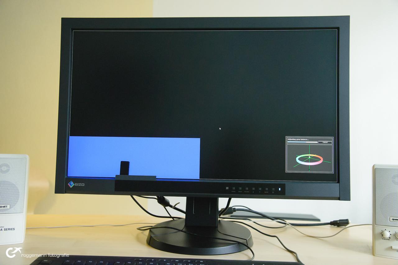Der CG277 bei der Kalibrierung mit dem eingebauten Messkopf, der automatisch aus dem Monitorrahmen ausklappt.