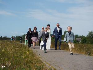 Hochzeitsgesellschaft auf Hiddensee spaziert über den Deich