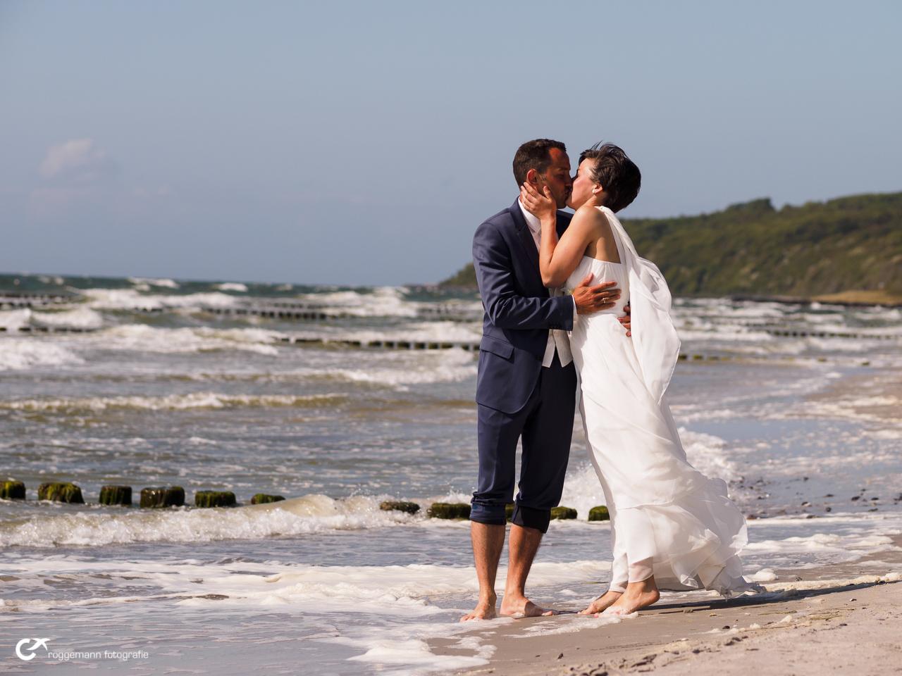 Kuss nach der Hochzeit am Strand