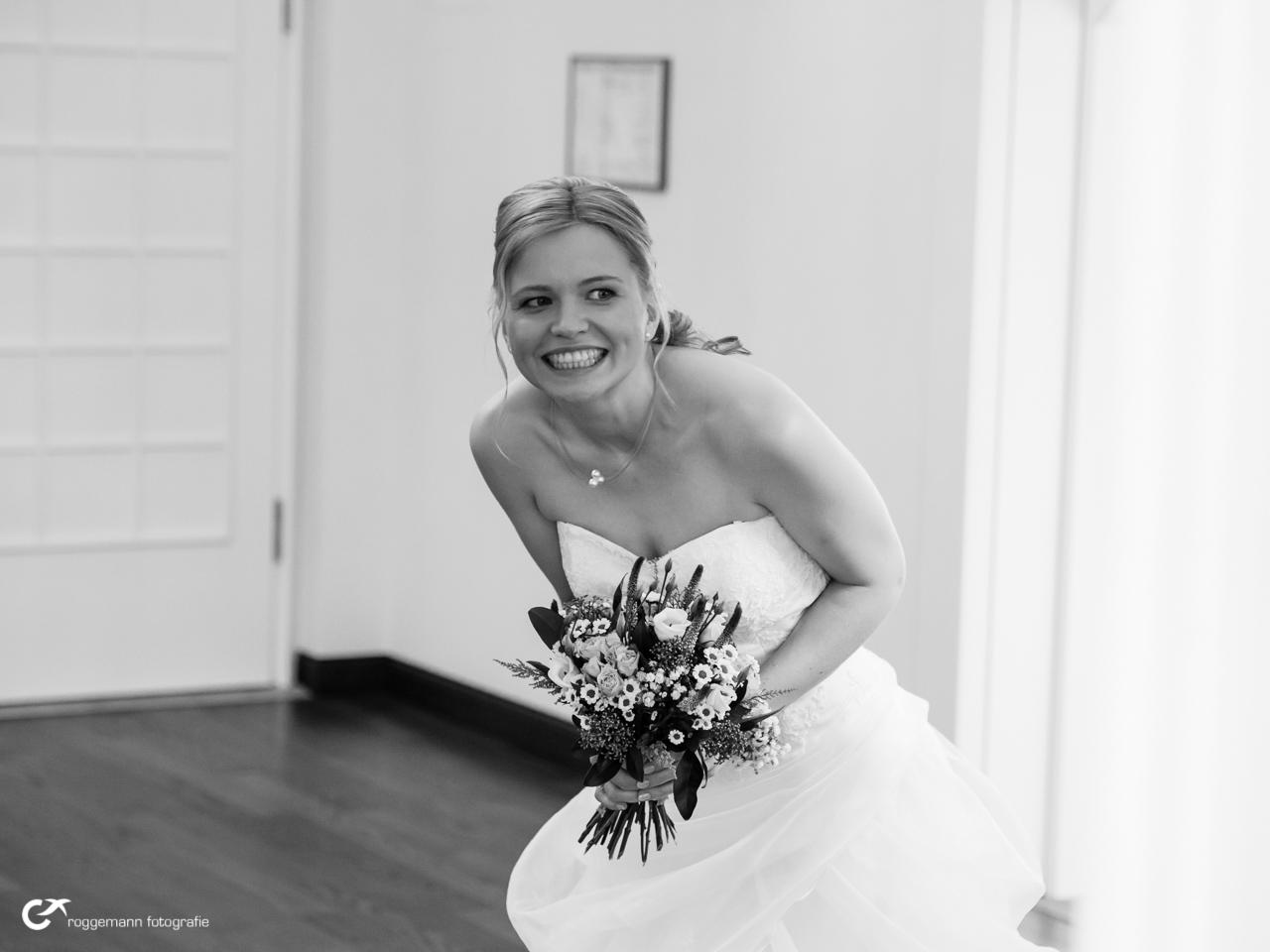 Neugieriger Blick der Braut vor der Trauung