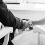 Hochzeit mit Blumenschmuck und Händchenhalten