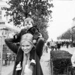 Hochzeitsreportage in Binz - das Kind auf der Schulter der Braut