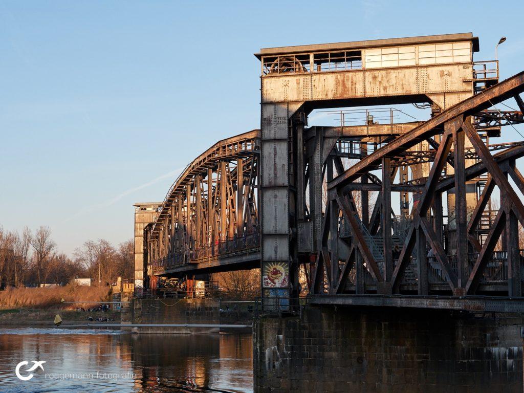 Brücke in Magdeburg mit Logo in Luminar