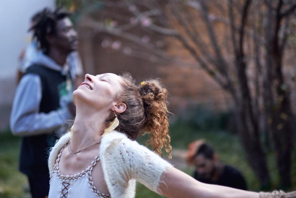 ekstatischer Tanz - Tänzerin lässt sich von der Musik treiben