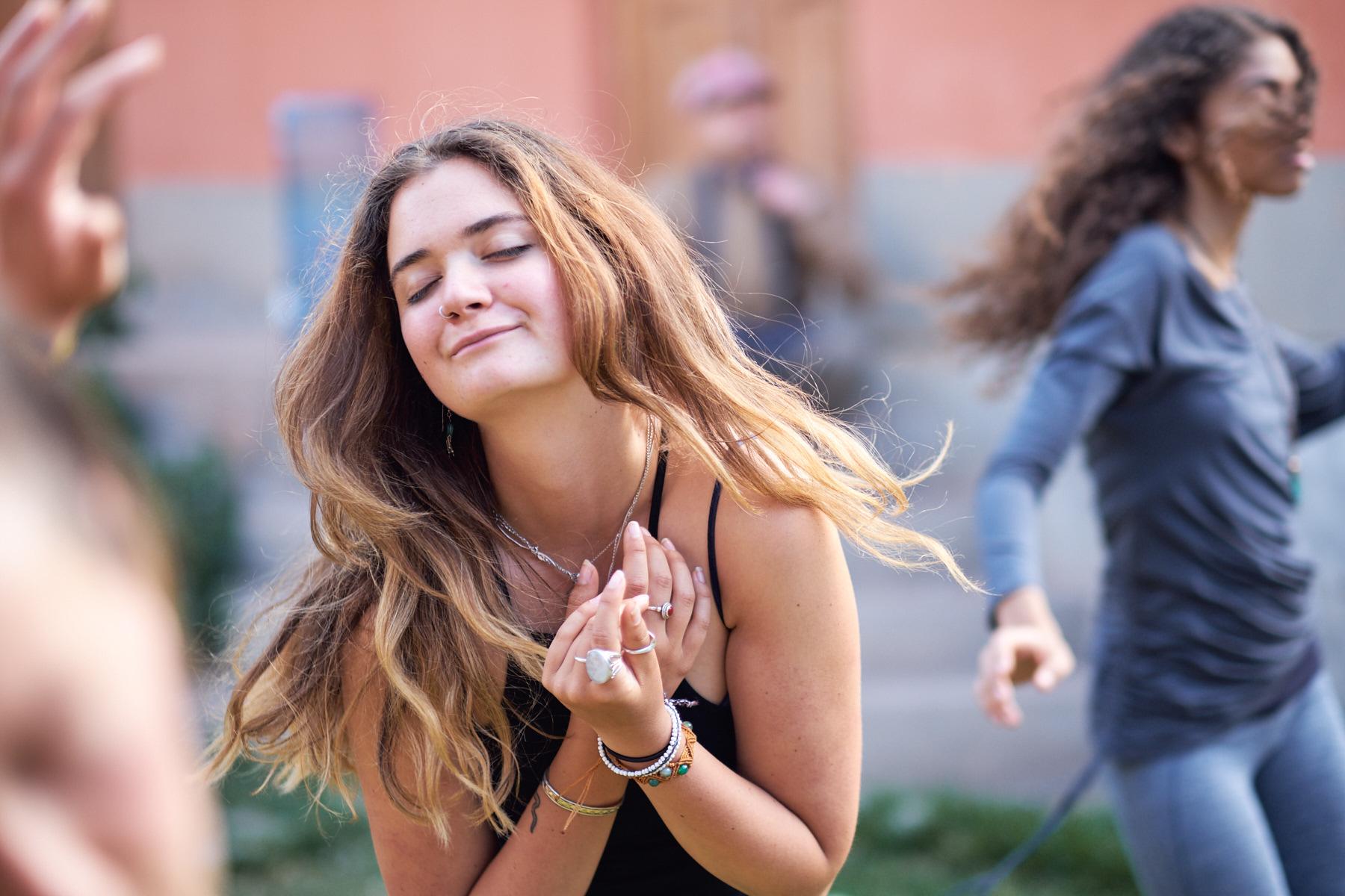 Frau tanzt versunken beim Ecstatic Dance