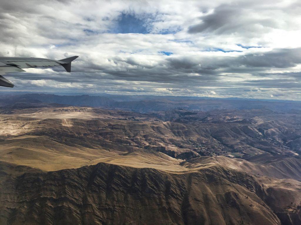 Blick aus dem Flugzeug auf die Anden bei Cusco, Peru