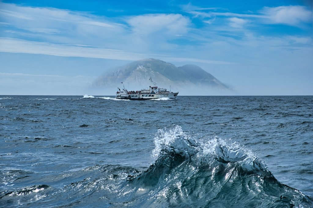 Fotomontage mit Luminar einfach erstellen mit Schiff vor Insel